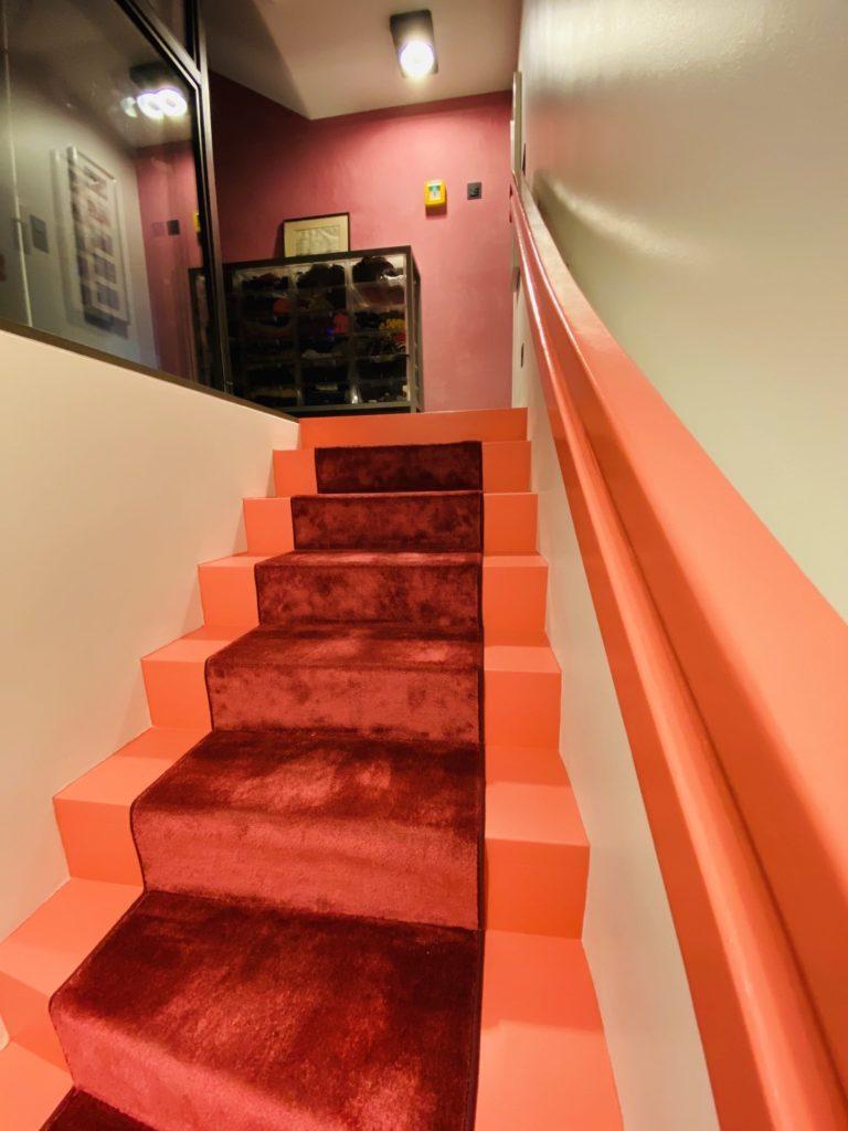 Steintreppe rote Stufen