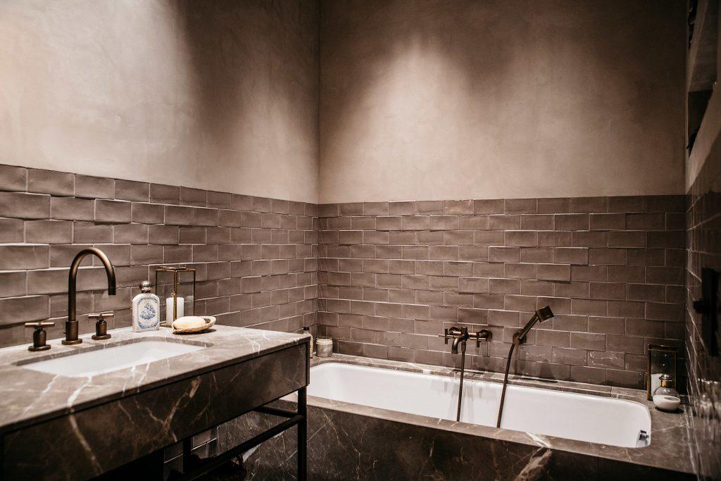 Badewanne Mauer