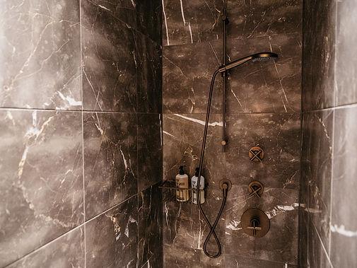 Dusche mit Designwand
